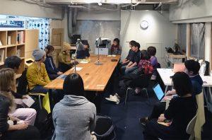 2階「はじめるアトリエreboot」のメンバーミーティングの様子。家具デザイナーや革製品制作、音楽プロデュース会社、ウェブデザイナー、和紙の製作まで、多様なメンバーが場を共有しています