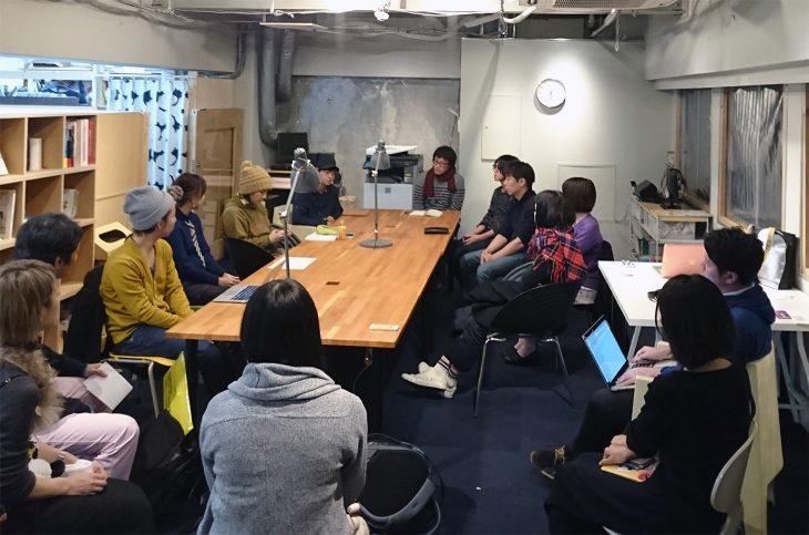 2階「はじめるアトリエreboot」のメンバーミーティング。家具デザイナーや革製品制作、音楽プロデュース会社、ウェブデザイナー、和紙の製作まで、多様なメンバーが場を共有しています