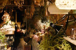 電気店とは思えない、花やアンティーク雑貨が並ぶ店内