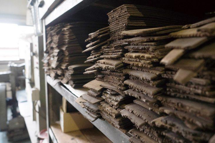 天然ゴムと硫黄、エボ粉を練ってつくるエボナイト板