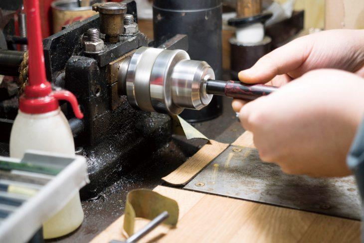 手作り万年筆の製作に欠かせない「ろくろ挽き」は、漆器やこけし、かんざし作りで培われた伝統技術