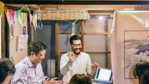 月島のセコリ荘でセミナー参加者を迎える宮浦晋哉さん(写真中央)
