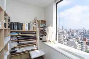 KFCクリエイティブスタジオ内にある「MAISON DE COUTURE KONOMI」のアトリエ。大きな窓からはスカイツリーが見える