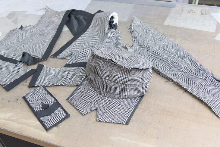 ジャケットのデザインを活かして作った帽子とポーチ。着古した服が小物に変身することも