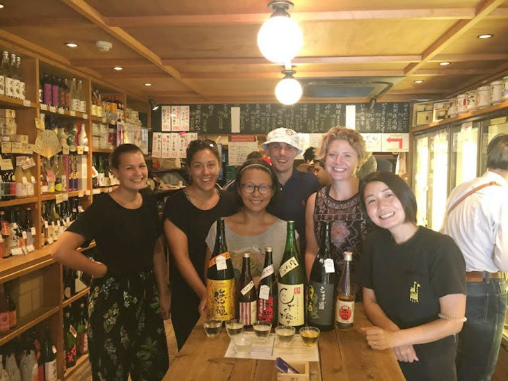 ツアー参加者と、門前仲町の「折原商店」で角打ちを体験!
