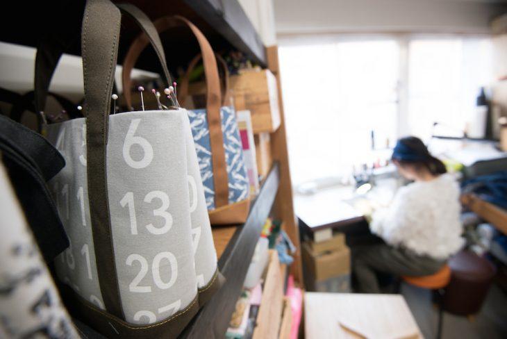 キリィエドナの代表作、自立するトートバッグ(M・Lの2サイズ)
