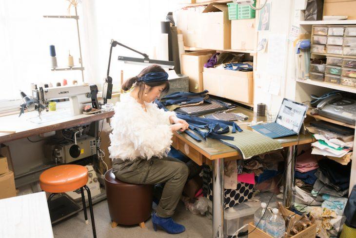 アトリエで作業中の高橋さん。最近では古着の帯や着物をほどいてバッグに仕立てることも多いそう
