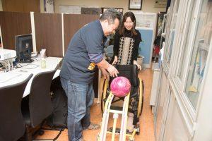 福祉分野のプロジェクトにも力を入れる西川さん。車いす用のボーリングスロープは、誰もが一緒にボーリングを楽しめるように開発した