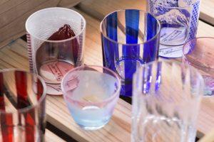 平切子とサンドブラストを掛け合わせたオリジナル商品。人気商品の「北斎グラス」は1カ月待ち!