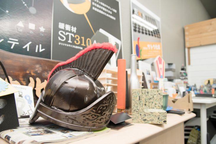 事務所には試作した製品や子ども向けワークショップの作品などがずらり。写真のコスプレ用兜もウレタン製