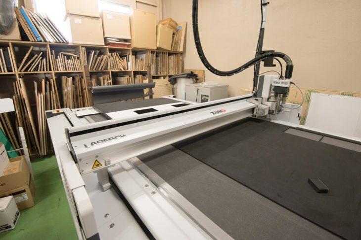 こちらが「カッティングプロッター」。2Dデータをもとに機械制御で1個から製造が可能