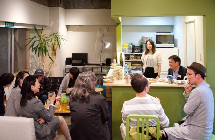 4月に開催した「スナック 村長&あすか」の様子。草野さんは、自分で料理したおつまみを持ち込んだり、トークのお題をメニューにして話題を振ったりするなど大活躍でした