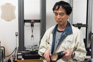 様々な試験に対応し、皮革以外の素材についても研究する黒田さん