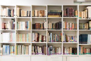 革靴の製作工程が一目瞭然の展示や、貴重な書籍が並ぶ書棚などは必見