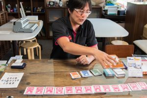 小早川さんが発案したオリジナルのカードゲーム。「七ならべ」ならぬ「役職ならべ」で、楽しみながらビジネスを学べる。「イラストなども社内で描いてます。社員もオタク気質が多いので(笑)」(小早川さん)