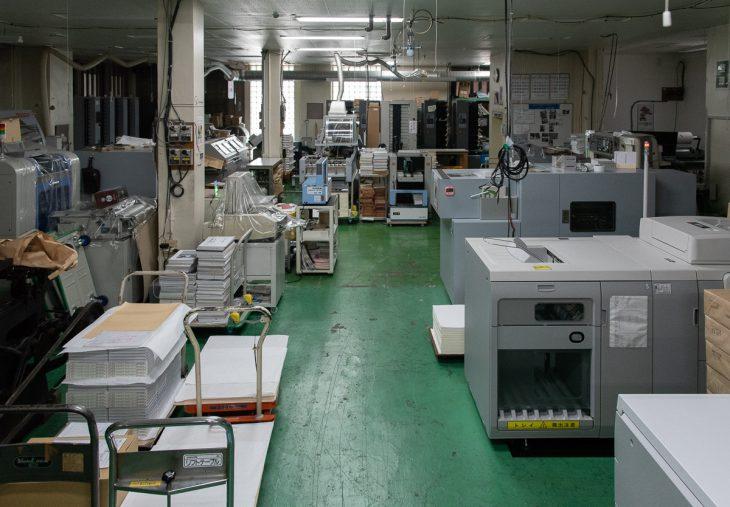 面付け用のソート機や断裁、糊付けなど、多種多様な機能の機械が並ぶ1階の工場スペース。製版から製本までワンストップで行える印刷会社は、東東京にはほとんどないそうです