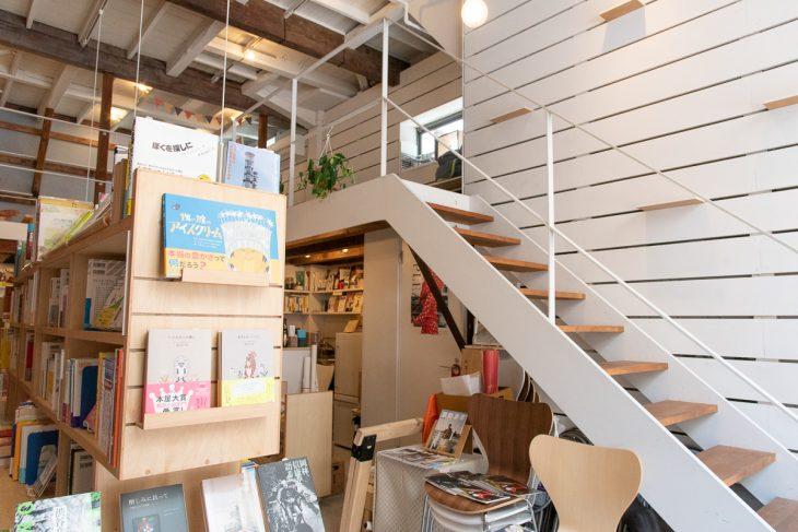 中2階へ続く階段。店内でワークショップやトークイベントを開催することも