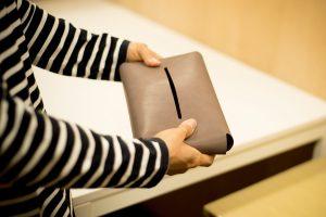吉金さんが製作したティッシュケースのカバー。革を曲げただけで形になるシンプルなデザインが持ち味