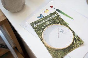 パンフレットの表紙を飾るのは、「Interior Lifestyle TOKYO 2013」に出品した「とまり木の時計」