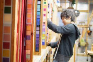 これまで製造したアクリルの見本がずらりと並ぶ倉庫内