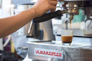 おいしくないコーヒーを作らないよう、ハンドピックは丁寧に