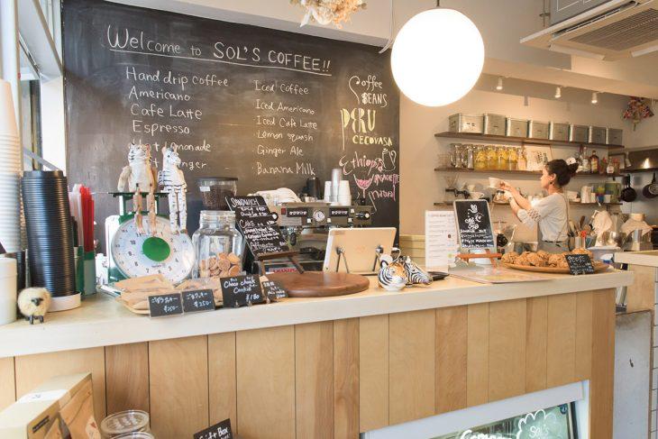 雑貨やフードがリズム良く並ぶSOL'S COFFEEの店内
