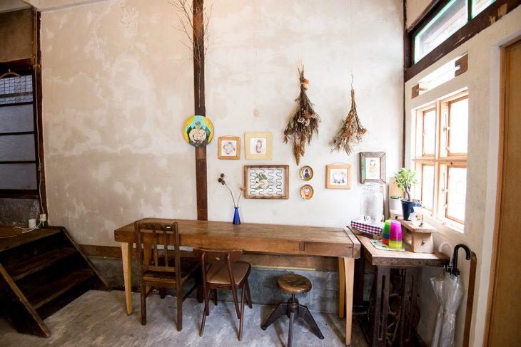 知り合いに描いてもらった絵や植物などが並ぶ、居心地の良い空間
