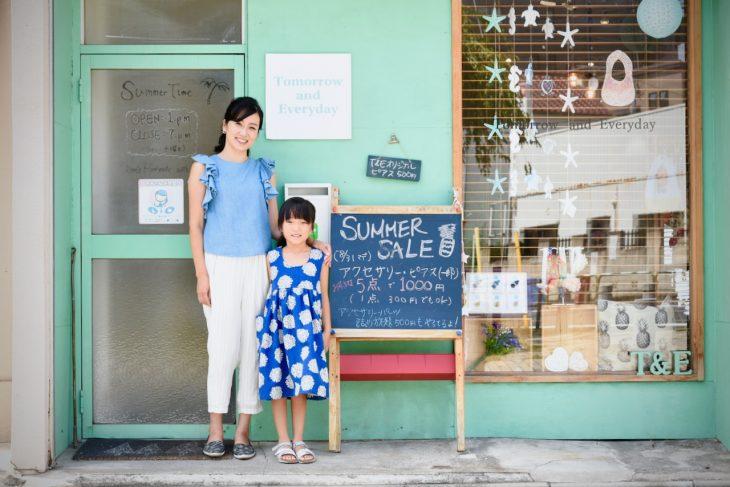 事業と共に育ててきた娘さんと。彼女が着ているのがセミオーダーワンピースの試作品。今後、さまざまなパターンを用意する予定だそう