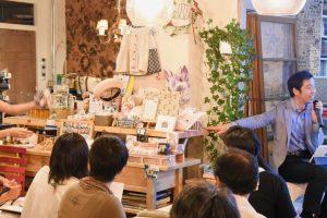 かつてバーカウンターだったテーブルは、地域の人が手作りの品を売るテーブルに
