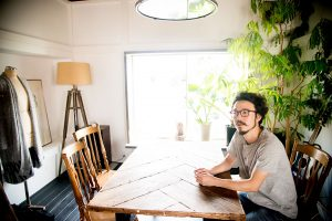3階のショールームで話す福嶋さん。料理のイベントもできるよう手前のスペースにキッチンも併設