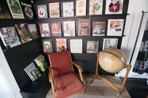 ショールームには、インスピレーションの源泉となる料理やインテリアの本がずらりと並んでいる