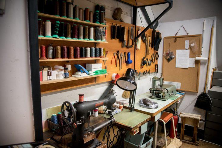 靴をつくる工具と道具。保証人が不要な台東区の融資制度を利用して機材をそろえた
