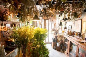 店内には、生花、ドライフラワー、照明器具、雑貨など、福嶋さんが選んださまざまなアイテムが並ぶ
