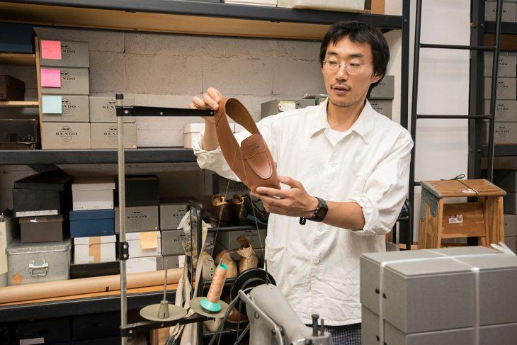 製作途中の靴で説明する吉見さん。動物半頭から5足の靴ができるそう