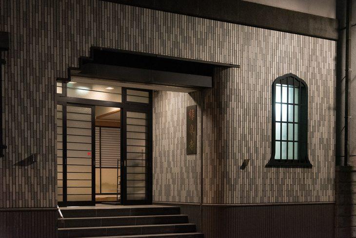 緑泉寺の玄関。本堂は階段を上がって3階にあります