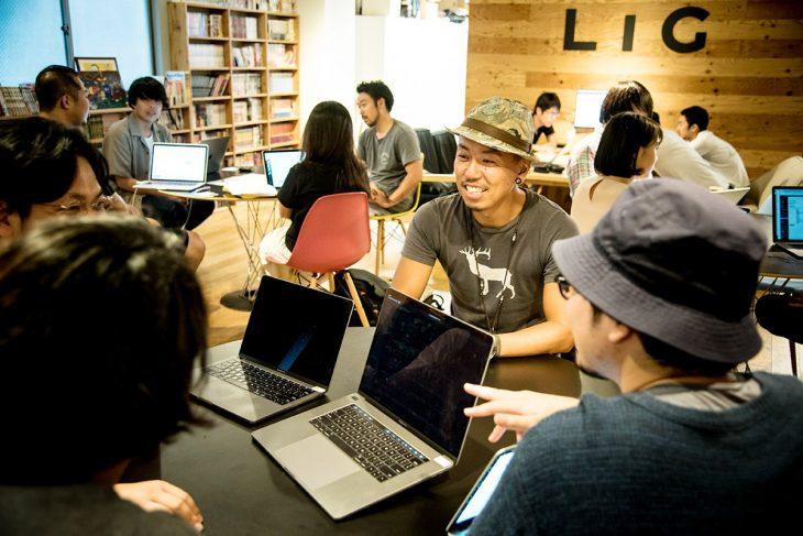 上野オフィスの様子。数名で集まって作業できるオープンなスペースがある