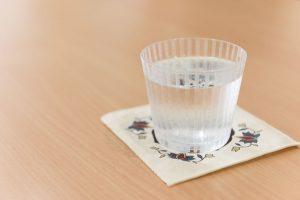 江戸川区の堀口切子が製作した江戸切子のグラス。切子のルーツの1つはイギリスのカットグラスにあり、「そのまま輸出しても、バカラなどの有名ブランドには太刀打ちできない」と堀田さん