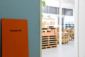 会場となったのは、同社工場の4階に2015年にオープンしたイベントスペース「Factory 4F」。「紙加工の広場」をコンセプトにしています。
