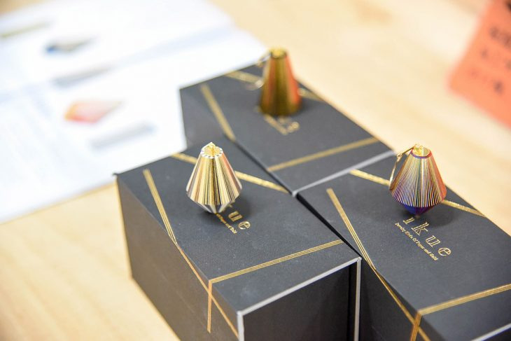 製本技術を結集して生まれたジュエリー「IKUE」は多くのメディアに取り上げられた。