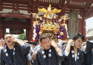 三社祭で神輿を担ぐ堀田さん