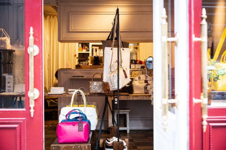 御徒町に構えるアトリエショップ。店内にはバッグだけでなく、小物や靴など多彩なラインナップの商品が並ぶ
