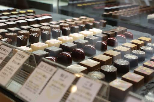 甘酒やほうじ茶といった日本の食材を使ったものの他にも、カカオ分やプラリネの食感を楽しむものなどバラエティに富んだショコラがならんでいる。